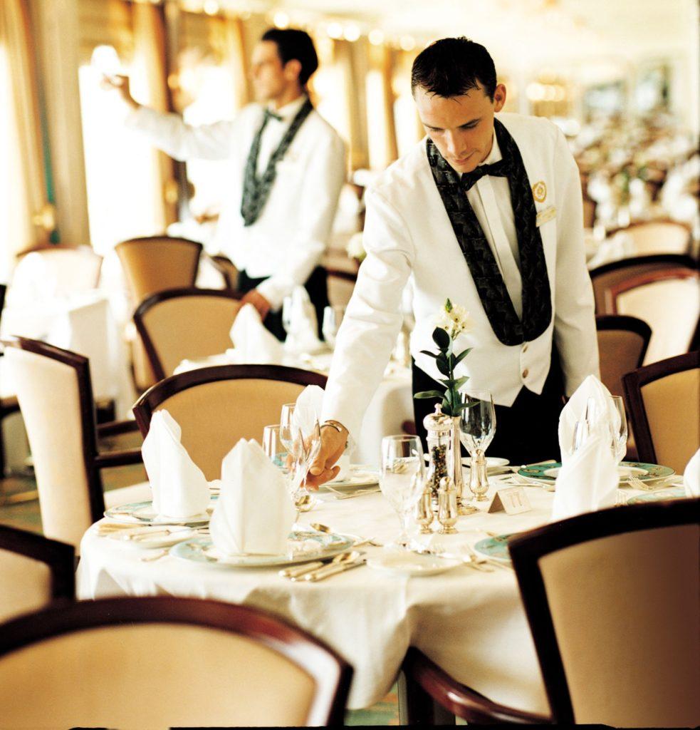 Как он нашел работу официантом в Дубае с зарплатой 2 000$